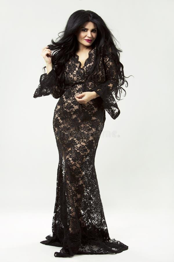 Brunette που φορά το μαύρο μακρύ φόρεμα στοκ φωτογραφία με δικαίωμα ελεύθερης χρήσης