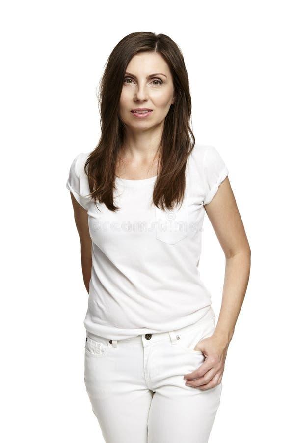 Brunette στο άσπρο φόρεμα στο άσπρο υπόβαθρο στοκ φωτογραφίες