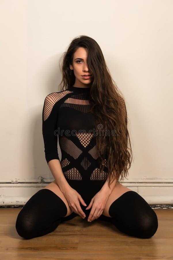 Brunette στο Μαύρο στοκ φωτογραφία