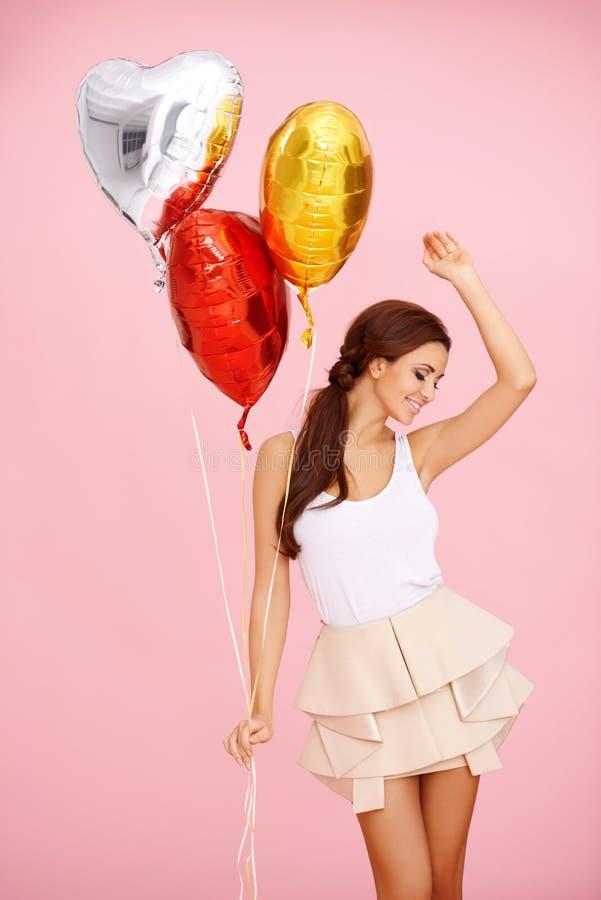 Brunette χορού με τα μπαλόνια στοκ εικόνες