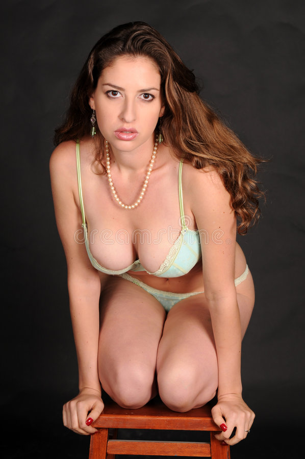 Download Brunette immagine stock. Immagine di bellezza, biancheria - 7302787