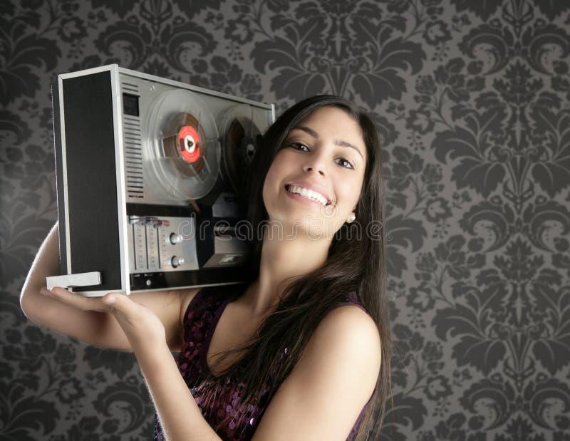 Brunette aberto retro DJ do registrador de fita do carretel imagem de stock royalty free