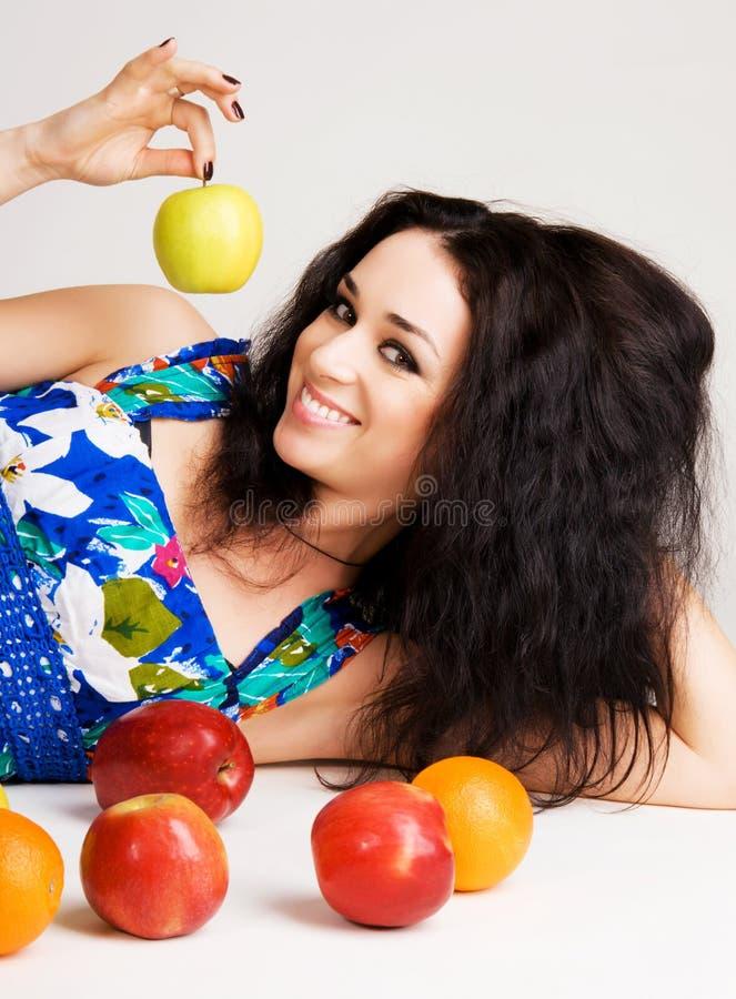 Brunette allegro con la frutta fresca immagine stock