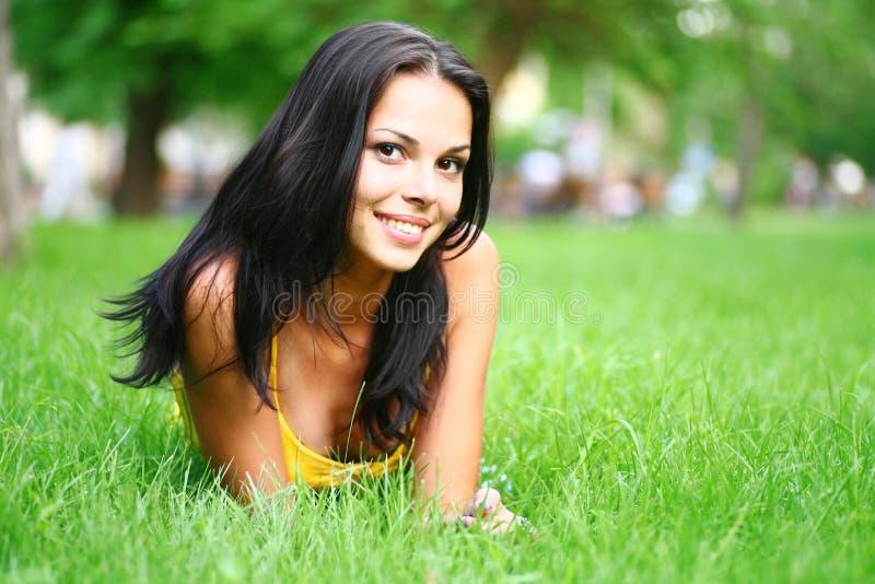 Brunette atractivo en hierba fotos de archivo