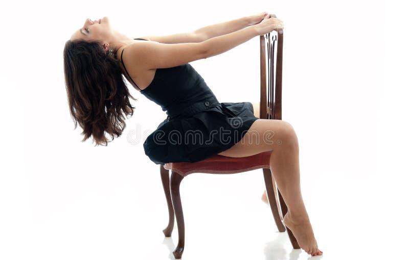 Brunette atractivo en la silla, aislada en blanco imágenes de archivo libres de regalías