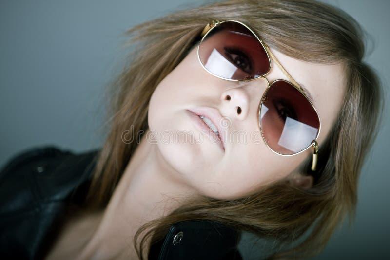 Brunette attirant dans des lunettes de soleil d'aviateur images stock