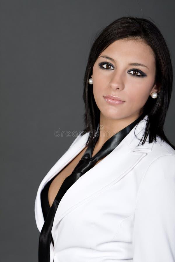 Brunette attirant dans le procès et la relation étroite blancs images stock