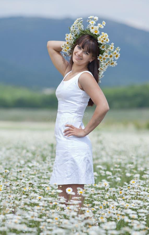 Brunette attirant en guirlande de camomille images stock