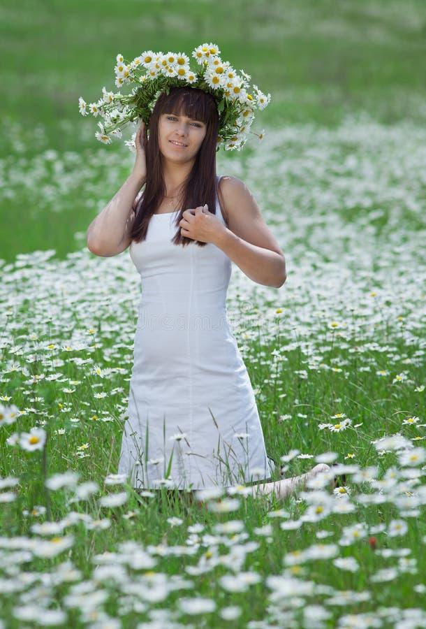 Brunette attirant en guirlande de camomille photos stock
