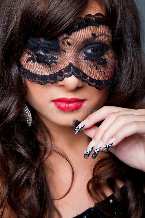 Brunette attraente con la mascherina di acy sugli occhi fotografia stock