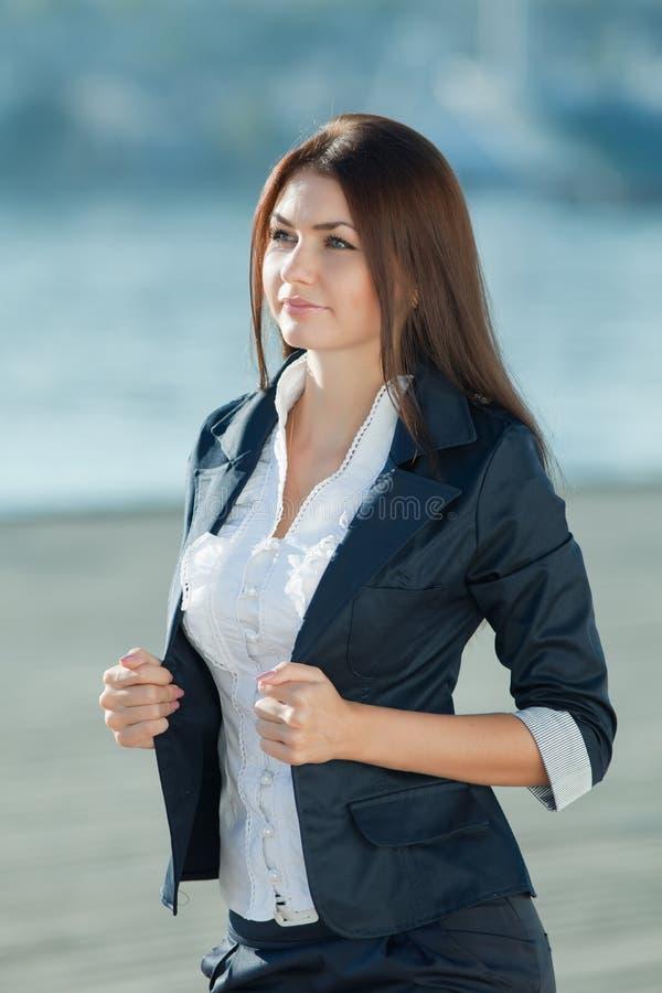 Brunette aux cheveux longs attirant sur l'air ouvert photos stock
