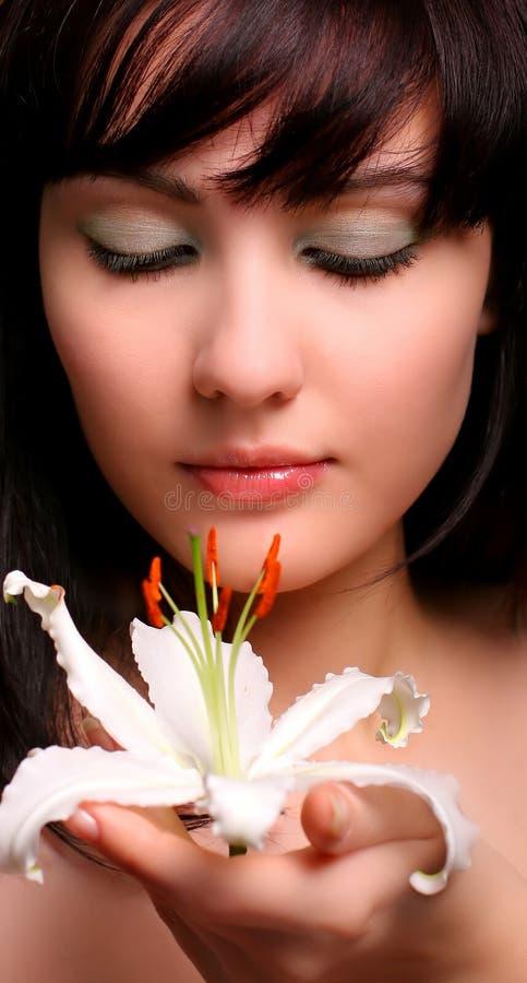 Brunette avec des fleurs de lis blanc photographie stock libre de droits