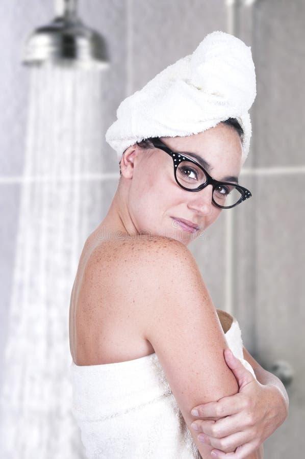 Brunette avec l'essuie-main dans la douche photographie stock libre de droits