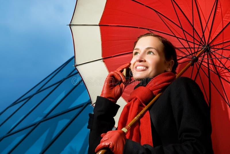 Brunette avec le parapluie rouge photos libres de droits