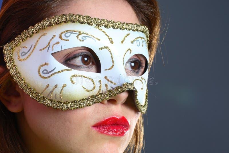 Brunette avec le plan rapproché de masque photographie stock libre de droits