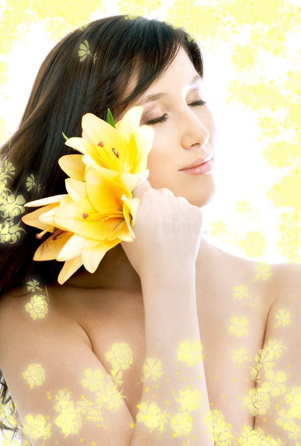 Brunette avec les fleurs jaunes i image libre de droits