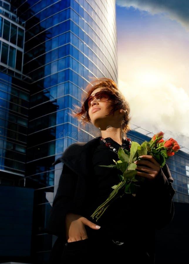 Brunette avec les roses rouges photo libre de droits