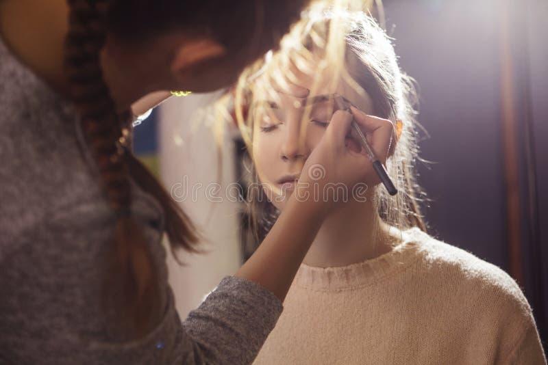 Brunette bilden die zutreffende Künstlerfrau, ein Brunettebr wieder gutzumachen stockbild
