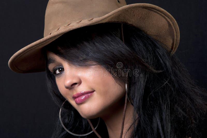 Brunette bonito com chapéu de cowboy foto de stock royalty free