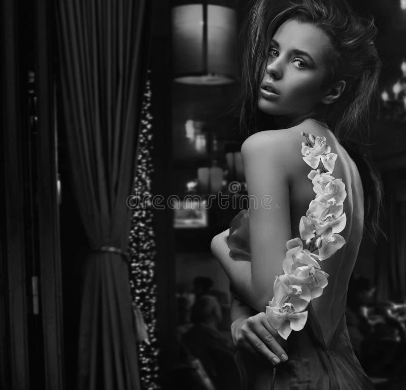 Brunette bonito com flor foto de stock royalty free