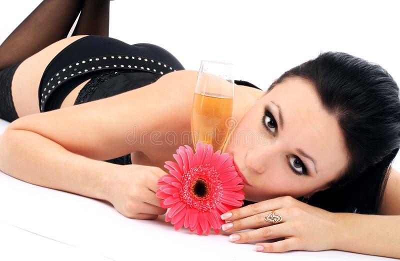 Brunette bonito com um vidro do champanhe imagens de stock royalty free