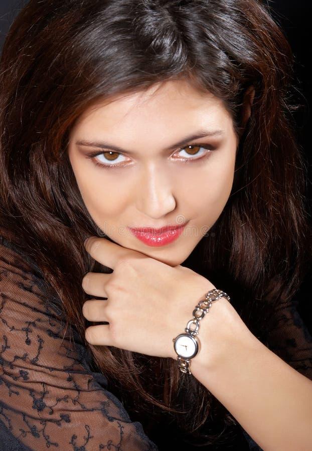 Brunette bonito del retrato o con el reloj. foto de archivo