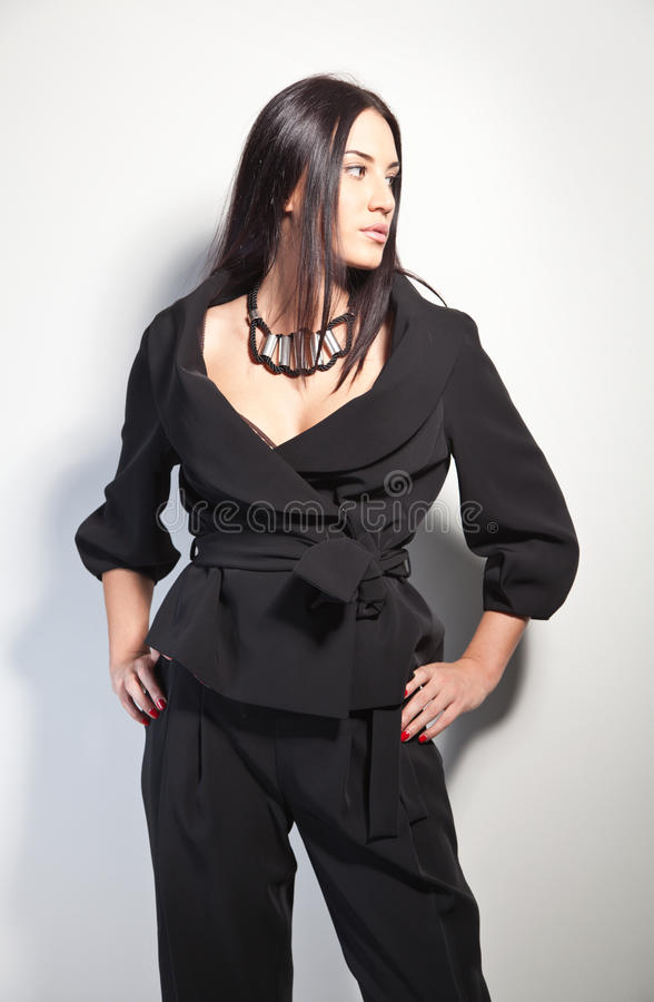 Brunette bonito em um pantsuit à moda da forma foto de stock