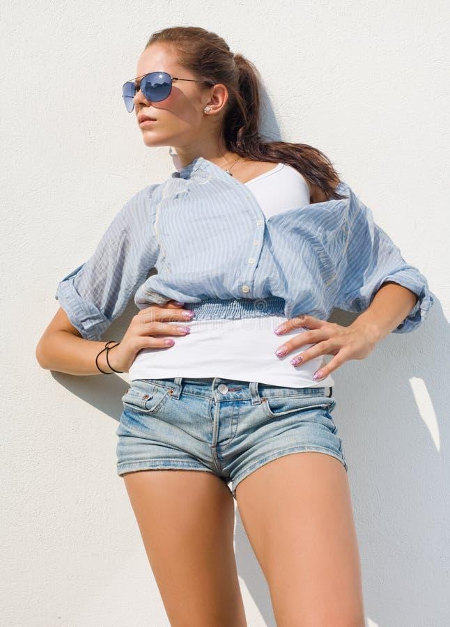 Brunette bonito na luz do sol quente do verão. imagens de stock royalty free