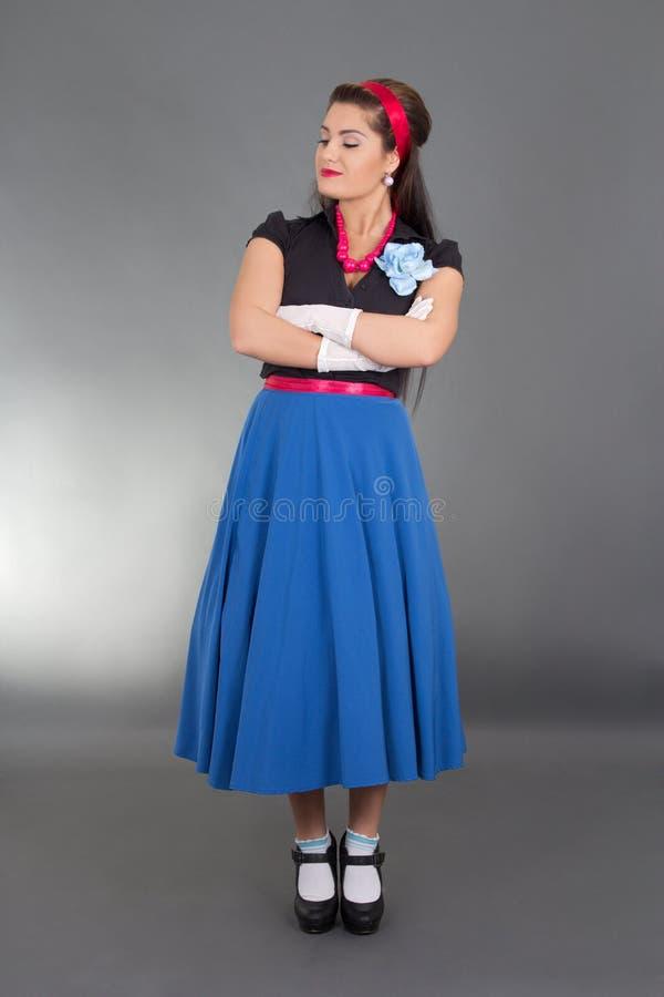 Brunette bonito na roupa retro fotos de stock