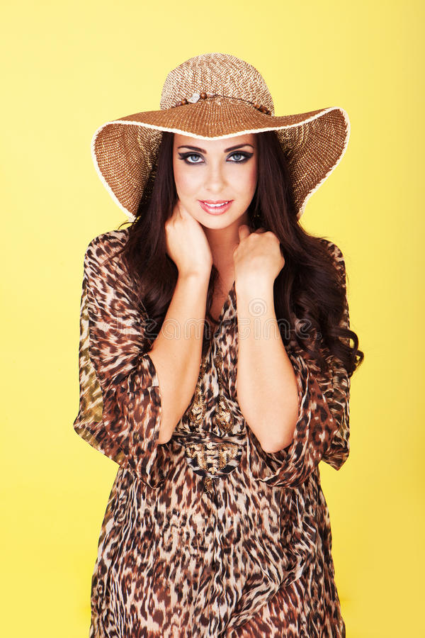 Brunette bonito no chapéu de palha fotos de stock