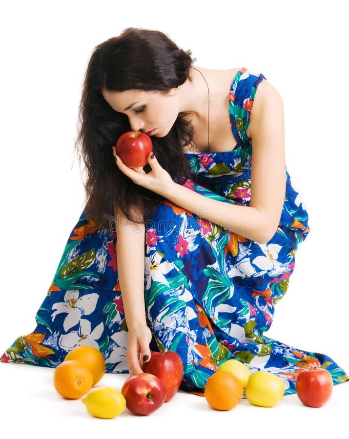 Brunette bonito que recolhe frutas frescas foto de stock royalty free