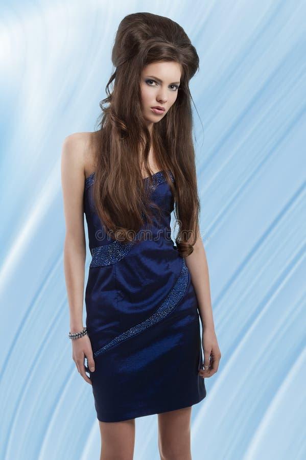 Brunette in breve vestito blu fotografia stock libera da diritti