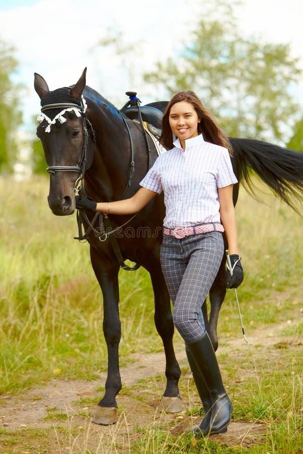 Brunette com cavalo fotos de stock