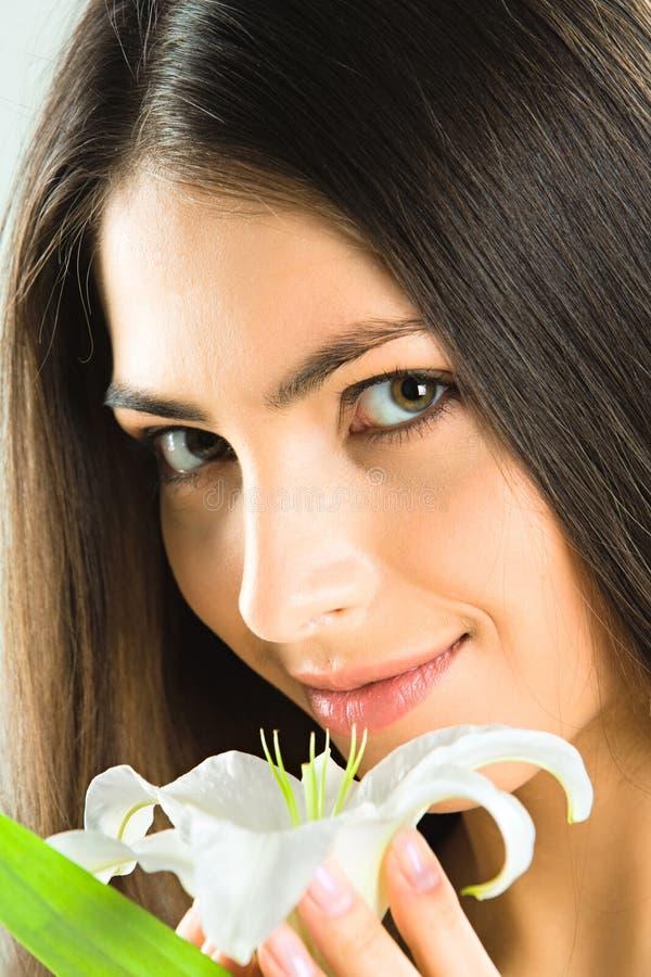 Brunette com flor fotografia de stock royalty free