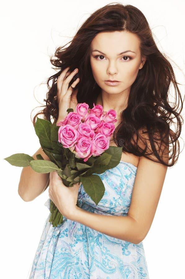 Brunette com rosas cor-de-rosa foto de stock