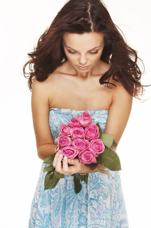 Brunette com rosas cor-de-rosa imagens de stock