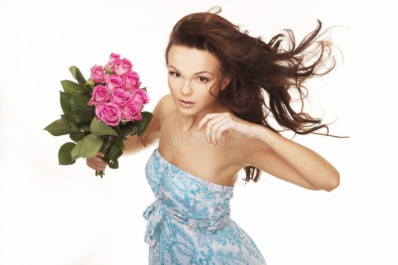 Brunette com rosas cor-de-rosa fotografia de stock