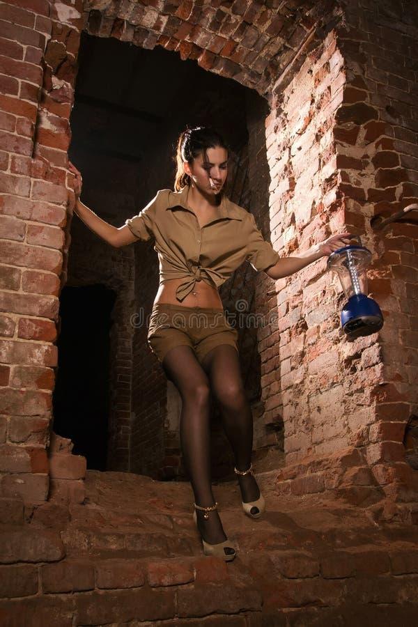Brunette com um tesouro da busca da lanterna fotos de stock