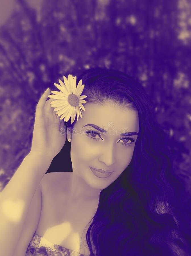 Brunette con i fiori in suoi capelli fotografie stock libere da diritti