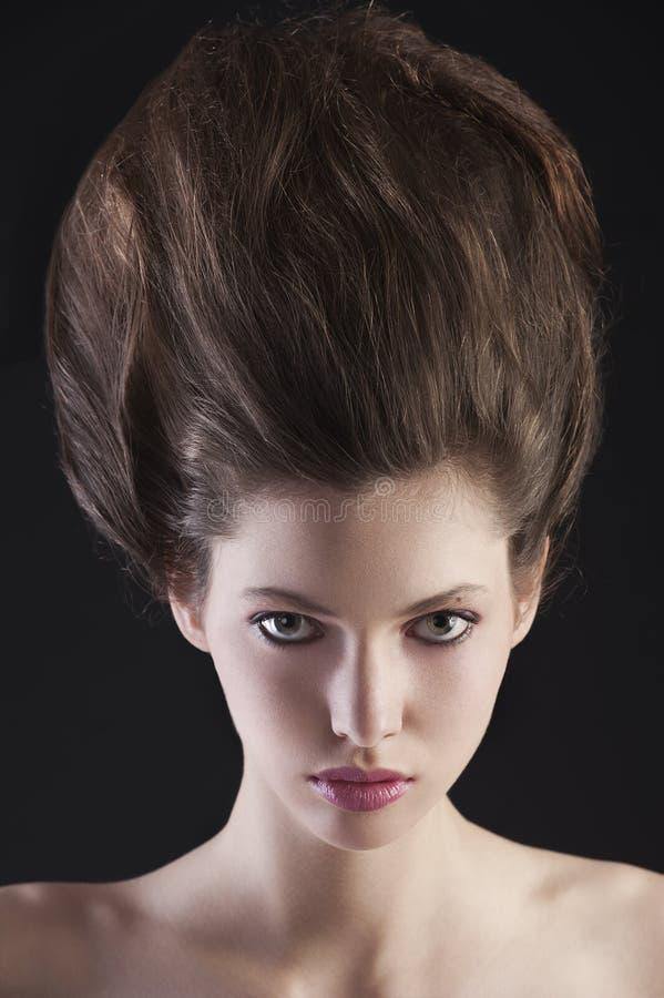 Brunette con il hairdo alto creativo fotografie stock libere da diritti