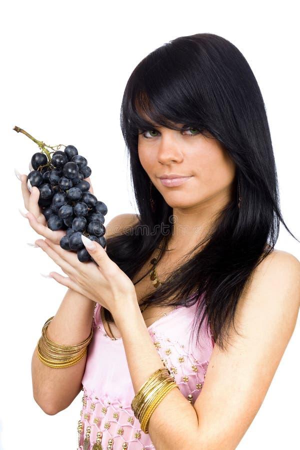 Brunette con l'uva nera fotografie stock