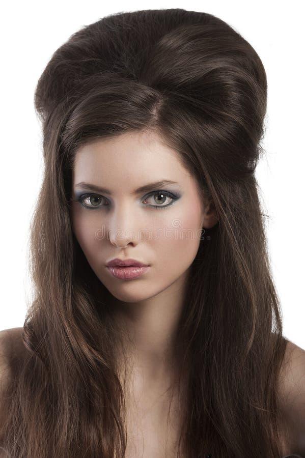 Brunette con la designazione creativa dei capelli fotografie stock
