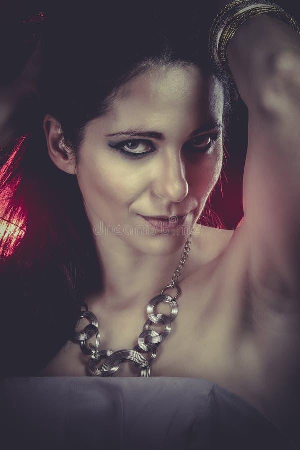 Download Brunette Con Maquillaje De La Tarde Joyería Y Belleza Foto De La Manera Foto de archivo - Imagen de piel, pelo: 44853662