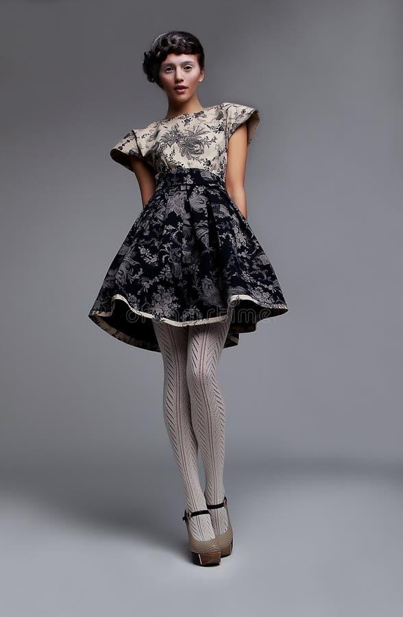 Brunette de mode de mannequin vedette restant dans la robe photos libres de droits