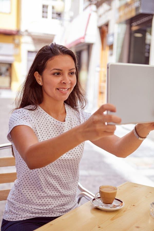 Brunette, der Fotos mit Tabletten-PC macht stockbilder