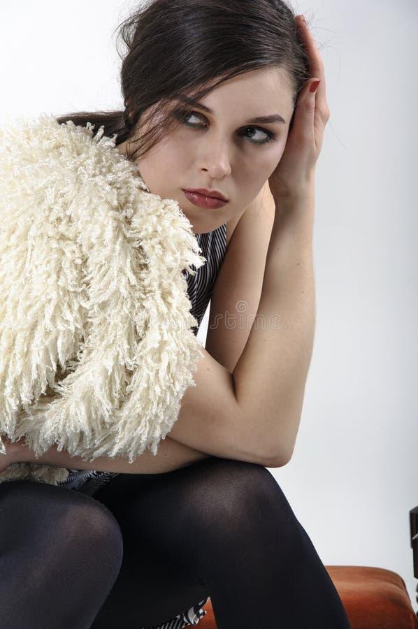 Brunette, der im Studio für einen Modekatalog aufwirft stockbild