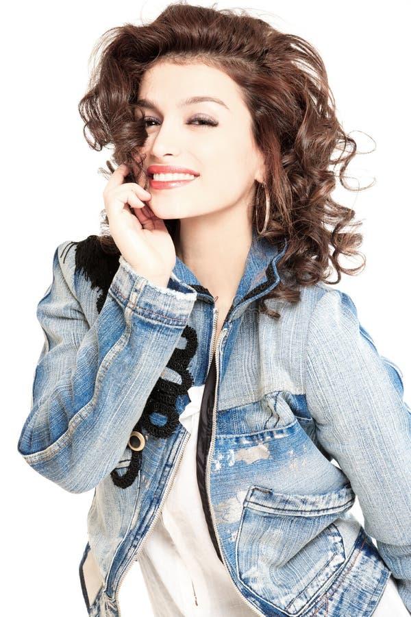 Brunette in der Jeansjacke lizenzfreie stockbilder