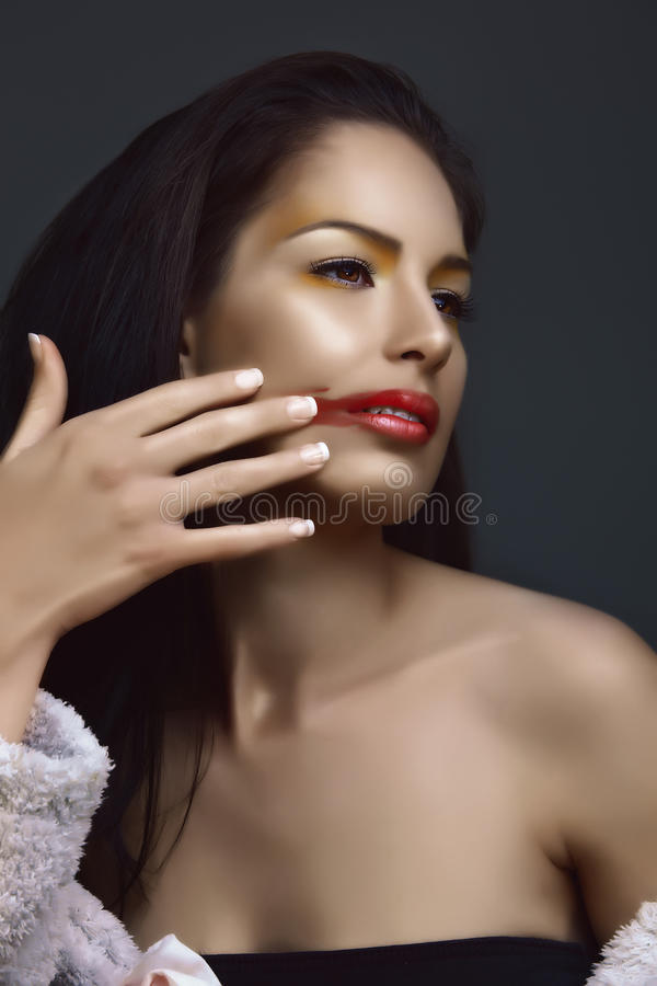 Brunette, der Lippenstift löscht lizenzfreie stockfotos