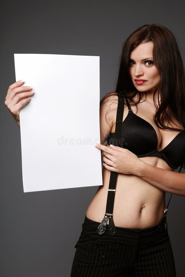 Brunette, der unbelegtes Zeichen anhält. lizenzfreies stockbild