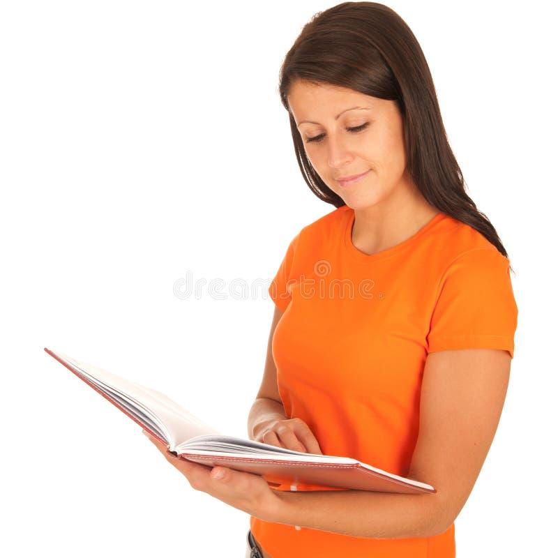 Brunette di Beautiul che legge un libro fotografia stock libera da diritti